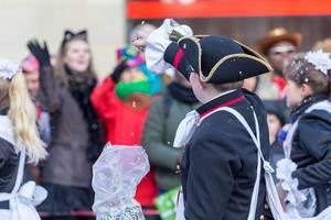 Junge bewirft Zuschauer mit Konfetti - Kölner Karneval 2018
