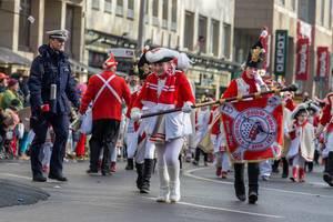 Junge Fahnenträgerin der Roten Funken - Kölner Karneval 2018