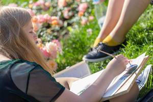 Junge Frau malt im Gorki-Park