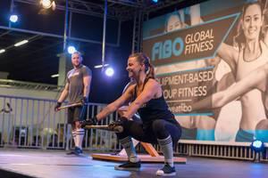 Junge Frau mit Baseball-Schläger auf der Bühne - FIBO Köln 2018