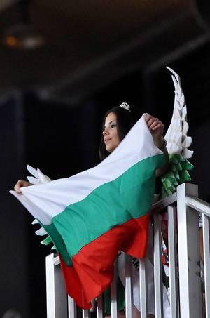 Junge Frau mit bulgarischer Flagge in Händen
