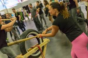Junge Frau probiert Scapegoat Training aus - FIBO Köln 2018