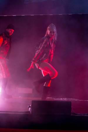 Junge Frau tanzt auf der Bühne von World of Thanks auf der Gamescom