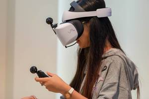 Junge Frau trägt einen Huawei VR2 Virtual-Reality-Headset