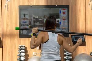 Junge Frau trainiert ihr Gleichgewicht