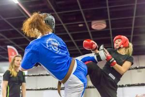 Junge Frauen beim Wun Hop Kuen Do Kampftraining