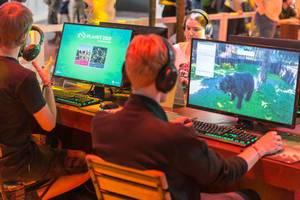 Junge Gamescombesucher spielen das Single Player - Simulationsspiel Planet Zoo am PC