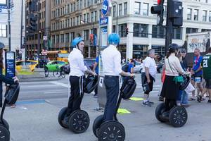 Junge Menschen fahren auf Segways in Chicago