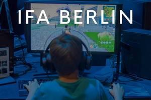 """Junge mit Kopfhörern spielt das Koop-Survival-Spiel Fortnite, unter dem Bildtitel """"IFA BERLIN"""""""