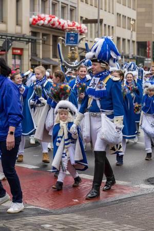 Junge Mitglieder der Blauen Funken und ihre Eltern beim Rosenmontagszug - Kölner Karneval 2018