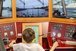 Junge probiert den Boot-Simulator bei der Boot Düsseldorf 2018 aus