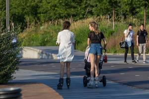 Junge Russinnen mit Rollerblades