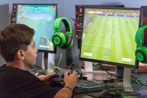 Junge spielt FIFA auf der Gamescom