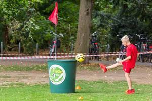 Junge spielt Fußballgolf