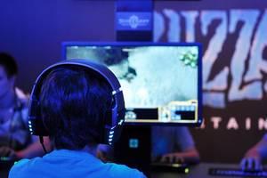 Junge spielt Starcraft