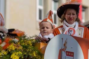 Junge und Frau von KKG Nippeser beim Rosenmontagszug - Kölner Karneval 2018