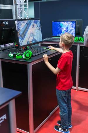 Junger Computerspieler
