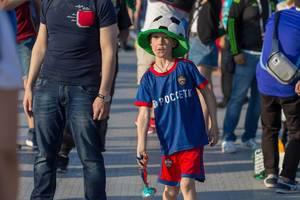 Junger Fußballfan mit Fußballmütze