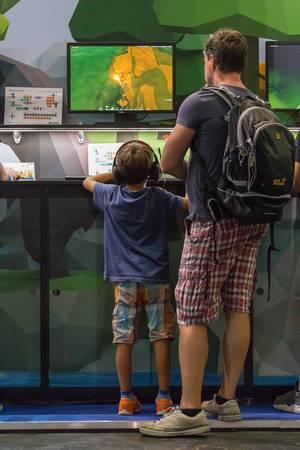 Junger Gamer und sein Vater zocken auf der Gamescom 2018