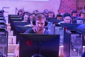 Junger Mann spielt auf einem HP Omen Gaming PC auf der Gamescom