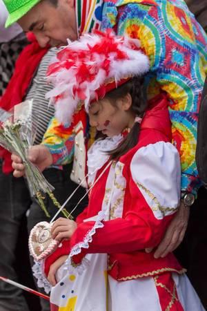 Junges Mädchen der Rote Funken mit einem Lebkuchenherzen um ihren Hals - Kölner Karneval 2018