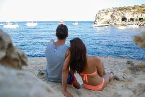 Junges Paar macht Urlaub am Strand