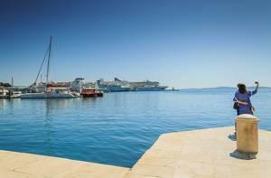 Junges Pärchen schießt ein Selfie im Hafen von Split