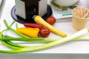 Jungzwiebeln, Paprika, Tomaten und Karotte