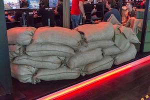 Jutesäcke mit Sand an einem Messestand auf der Gamescom