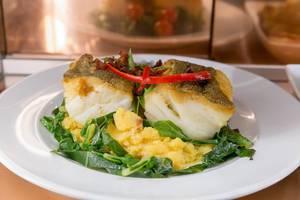 Kabeljau (Bacalhau) Fisch mit Polenta und Chorizo und Polenta an Spinat