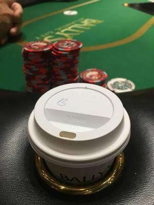 Kaffee im Plastikbecher am Pokertisch im Bally