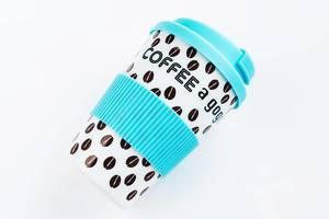 Kaffeebecher aus Plastik zum Mitnehmen vor weißem Hintergrund