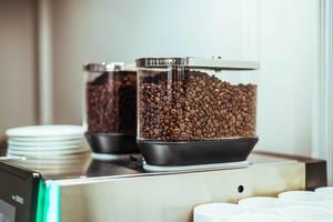 Kaffeebohnen in einer Kaffeemaschine