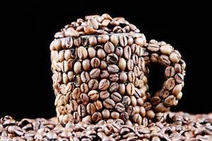 Kaffeebohnen in einer mit Kaffeebohnen bedeckten Tasse
