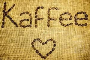 Kaffeeliebhaber. Kaffee und Herz geschrieben mit Kaffeebohnen