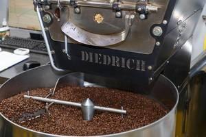 Kaffeemaschine von Diedrich mahlt Kaffeebohnen