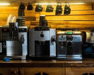Kaffeemaschinen stehen an Ihrem Platzt in einer Bar
