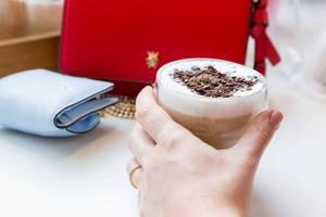 Kaffeepause: Latte Macchiato mit Schokolade