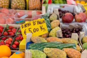 Kaktusfrüchte an einem Marktstand in Rom