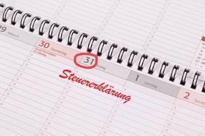 Kalendernotiz für Einreichung der Steuererklärung mit roter Schrift und eingekreistem Datum