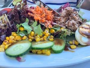 Kalorienreicher Salat mit Tunfische, Ei, Gurke, Mais, Kohl und Karotte