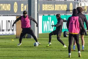 Kampf um den Ball beim Training: Manuel Akanji und Mario Götze