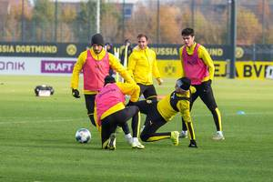 Kampf um den Ball und voller Einsatz beim BVB Training mit Mats Hummels und Mario Götze
