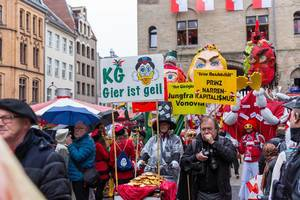 Kapitalismuskritiker Pappnasen rot-schwarz beim Rosenmontagszug am Severinstor in Köln