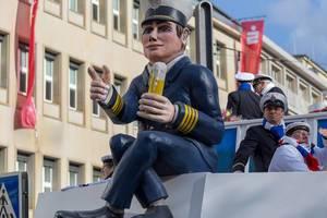 Kapitän mit Bierglas auf dem Wagen des Tanzkorps KG Mullemer Junge - Kölner Karneval 2018