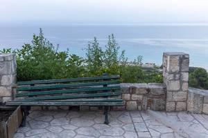 Kaputt gegangene Sitzbank und das Meer im Hintergrund