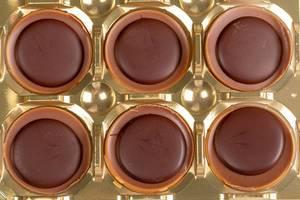Karamell-Schokolade mit Haselnuss in einer Verpackung Draufsicht