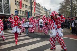 Kariert gekleidete Rosen-Montags-Divertissementchen (RMD) beim Rosenmontagszug - Kölner Karneval  2018