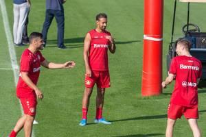 Karim Bellarabi und seine Mannschaftskollegen haben Spaß beim Fußballtraining des Bayer 04 Leverkusen