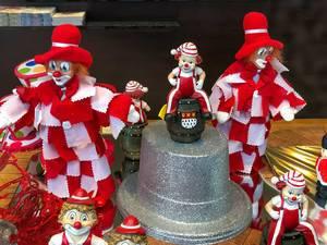 Karneval in Köln: Deko mit Clowns im typischen rot-weiß Kostüm